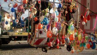 Kraslicovník hranický na náměstí / fotogalerie / Zdobení kraslicovníku, foto: Dagmar Holcová