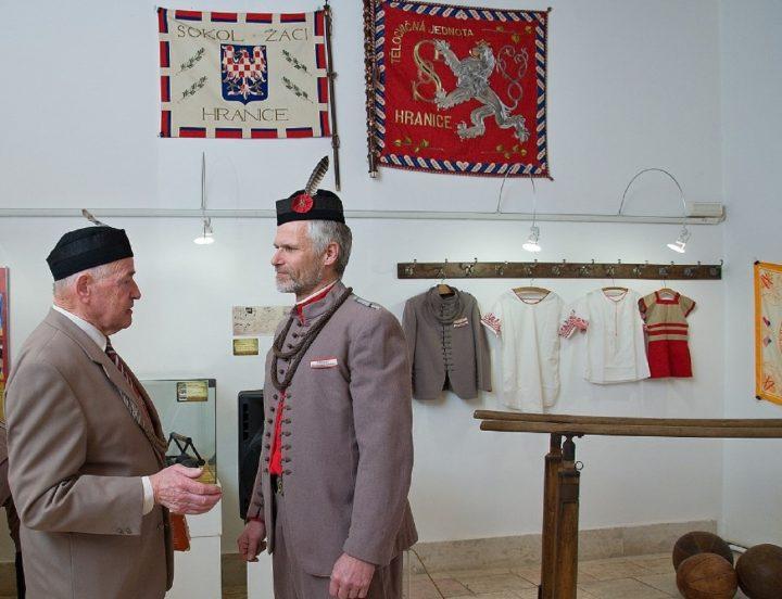 Přerovští sokoli navštívili výstavu v Hranicích