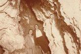"""Z muzejních sbírek: Zbrašovské jeskyně / fotogalerie / Prohlídka jeskyní – koncertní jeskyně zdobená mrakovitými krápníkovými útvary, nazvanými badateli """"Koblihy"""". V pozadí vede nahoru vchod do """"Katakomb"""