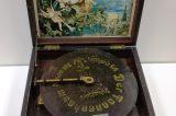 Z muzejních sbírek: Hrací skříňky / fotogalerie / Stolní polyfon, s francouzským patentem Breveté SGDG, začátek 20. století, foto: MKZ Hranice
