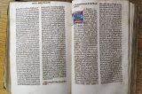 Gallašova knihovna – 210 let od založení / fotogalerie / Nejstarší knihou je Bible z 2. pol. 15. století. Iniciály jsou ručně iluminované, písmo je tištěnou podobou ručně psané knižní formy gotického písma, foto: archiv MKZ Hranice
