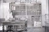 Jak vypadá Gallašova knihovna dnes / fotogalerie / Pracovník muzea s Gallašovou knihovnou v 1. pol. 20. století, foto: sbírky hranického muzea